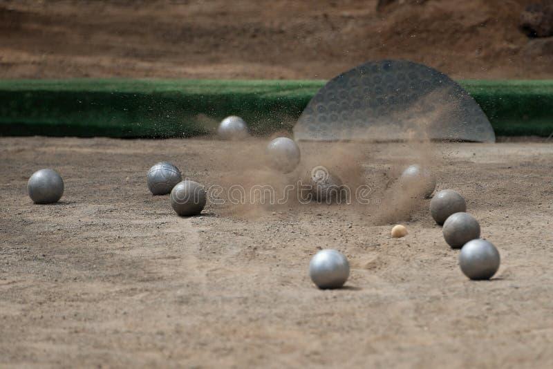 Los boules de la bola de Petanque gritan en un piso del polvo imagen de archivo