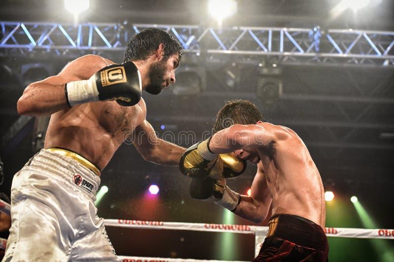 Los boxeadores no identificados en el anillo durante la lucha para alinear señalan foto de archivo