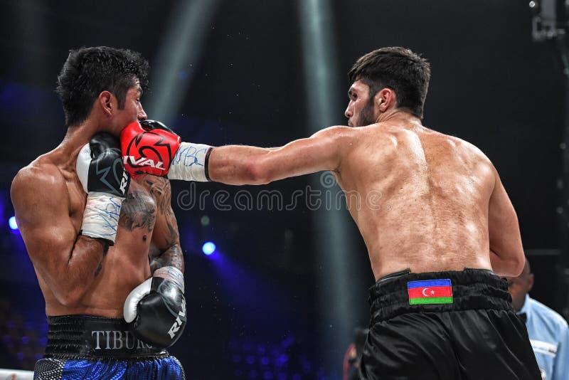 Los boxeadores Ramil Gadzhyiev y Bruno Sandoval luchan para el título de peso medio estupendo de plata internacional del consejo  imagen de archivo