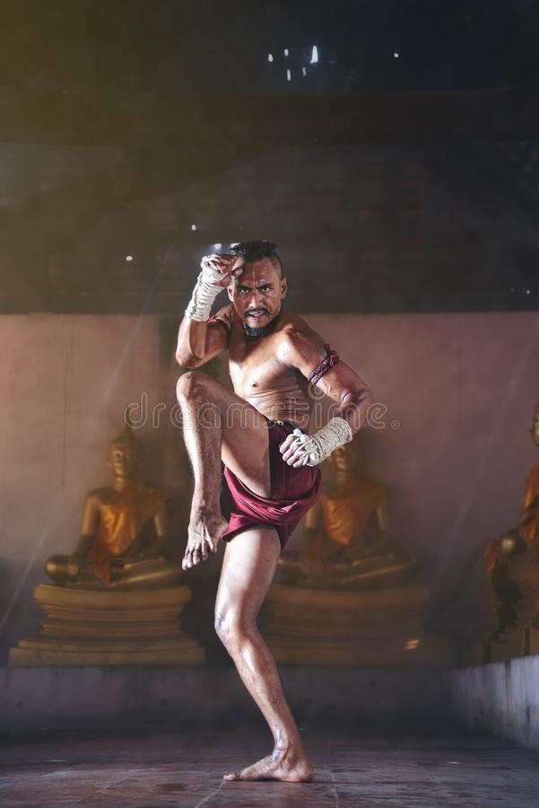Los boxeadores tailandeses antiguos están practicando con la intención fotografía de archivo