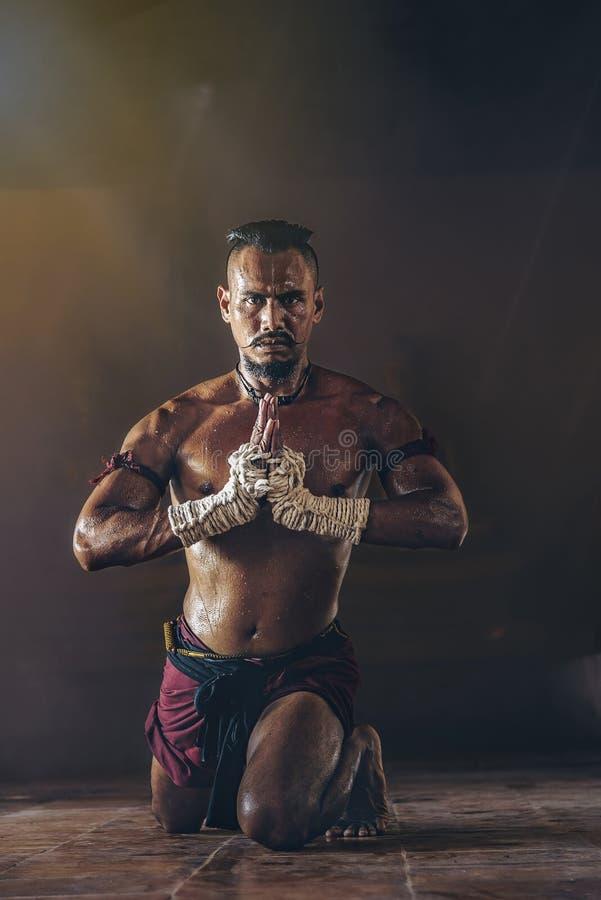 Los boxeadores tailandeses antiguos están practicando con la intención imagen de archivo libre de regalías