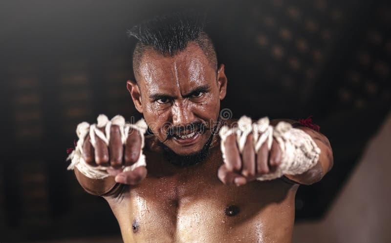 Los boxeadores tailandeses antiguos están practicando con la intención fotos de archivo libres de regalías