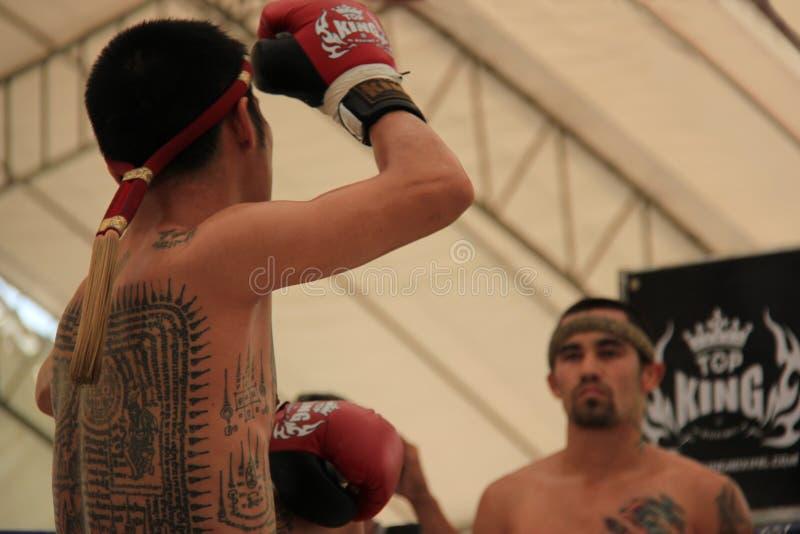 Los boxeadores tailandeses realizaban a Wai Kru foto de archivo libre de regalías