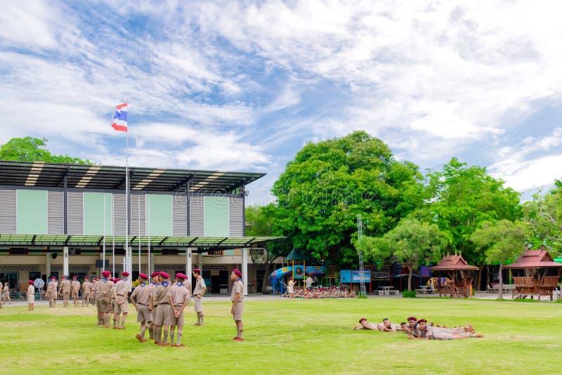 Los boycouts de Tailandia praciticing disciplina y las buenas maneras y algunas se castigan en el campo del soccoer del th de la  fotografía de archivo libre de regalías
