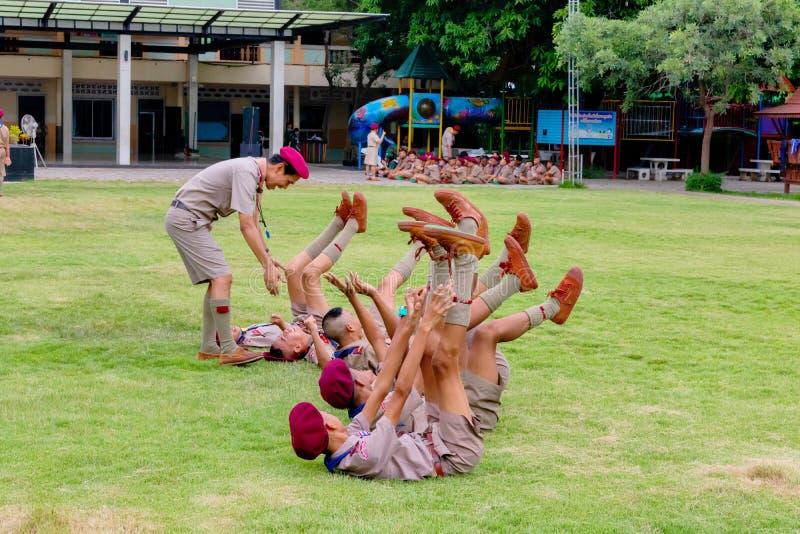 Los boycouts de Tailandia praciticing disciplina y las buenas maneras y algunas se castigan en el campo del soccoer del th de la  foto de archivo