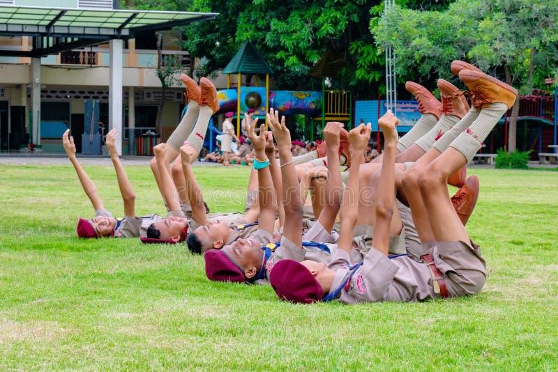 Los boycouts de Tailandia praciticing disciplina y las buenas maneras y algunas se castigan en el campo del soccoer del th de la  imagen de archivo