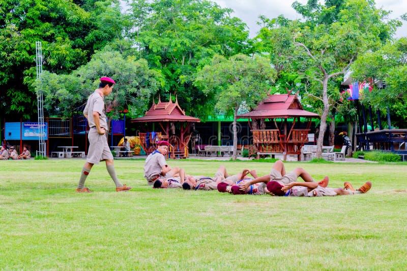 Los boycouts de Tailandia praciticing disciplina y las buenas maneras y algunas se castigan en el campo del soccoer del th de la  imagenes de archivo