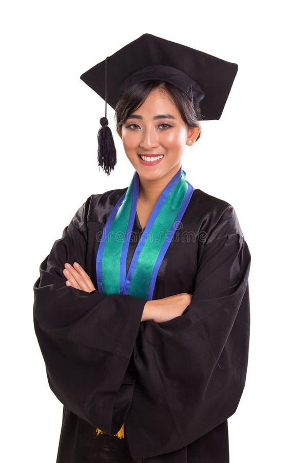Los brazos confiados cruzaron actitud de la señora de graduación imagen de archivo