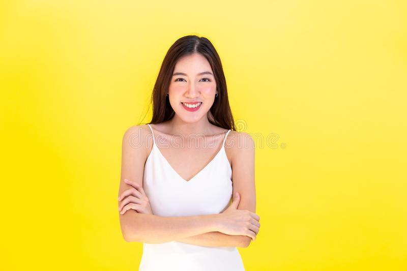 Los brazos derechos de la mujer hermosa asiática doblaron con confianza y espacio vacío de la copia imagenes de archivo
