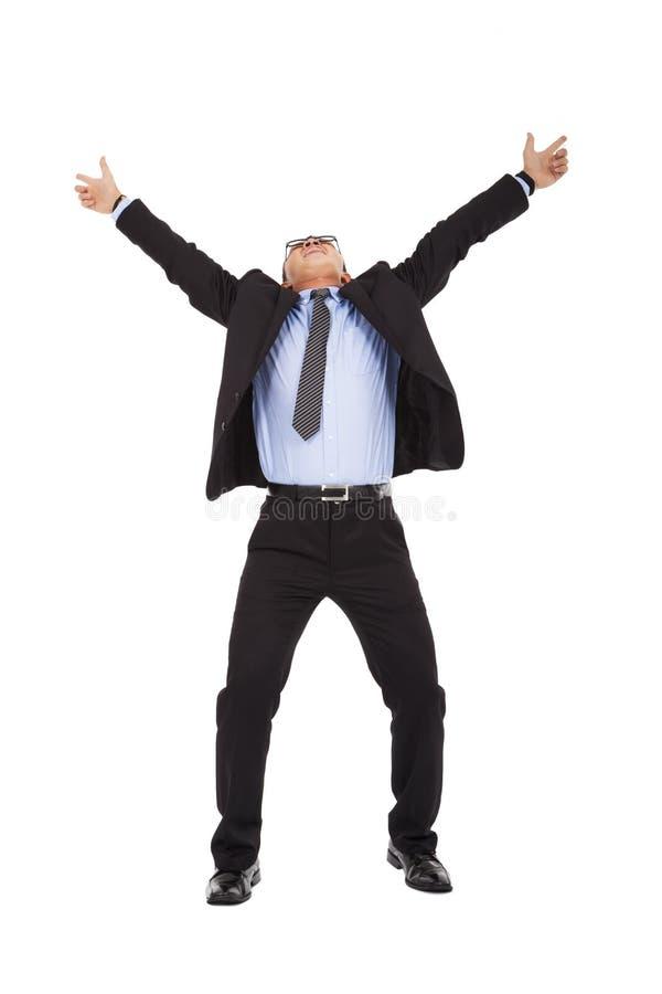 Los brazos felices del aumento del hombre de negocios hasta celebran imagen de archivo libre de regalías