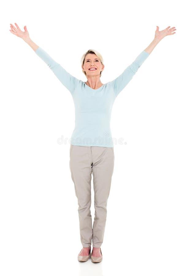 Los brazos mayores de la mujer se abren foto de archivo