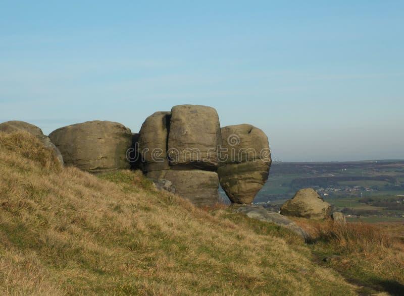 Los bridestones que un grupo grande de formaciones de roca del gritstone en el paisaje de West Yorkshire cerca todmorden contra c fotos de archivo