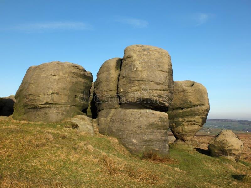 Los bridestones que un grupo grande de formaciones de roca del gritstone en el paisaje de West Yorkshire cerca todmorden imagen de archivo