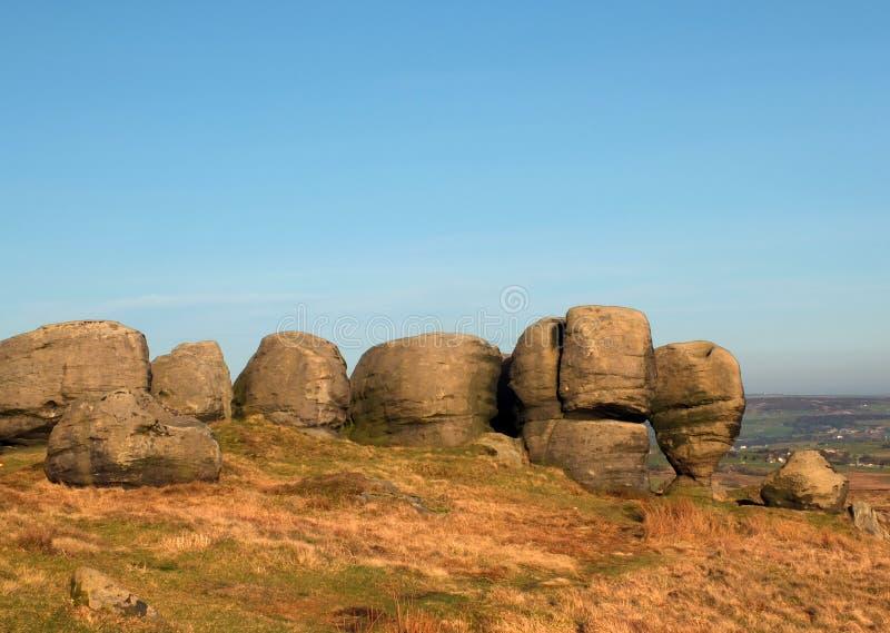 Los bridestones que un grupo grande de formaciones de roca del gritstone en el paisaje de West Yorkshire cerca todmorden fotos de archivo