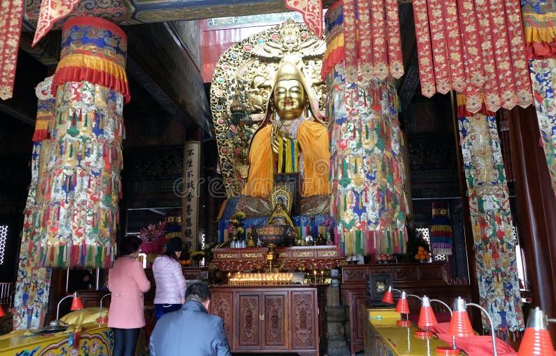 Los budistas adoran a Buda en Lama Yonghe Temple en Pekín imagen de archivo