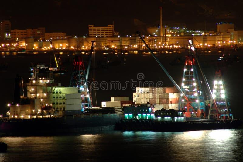 Los buques de carga trabajan en la noche imagenes de archivo