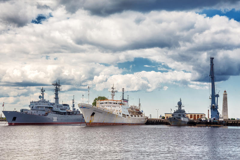 Los buques de guerra rusos y el almirante oceanográfico Vladimirsky del buque oceanográfico están en el puerto medio gavan de Sre foto de archivo libre de regalías
