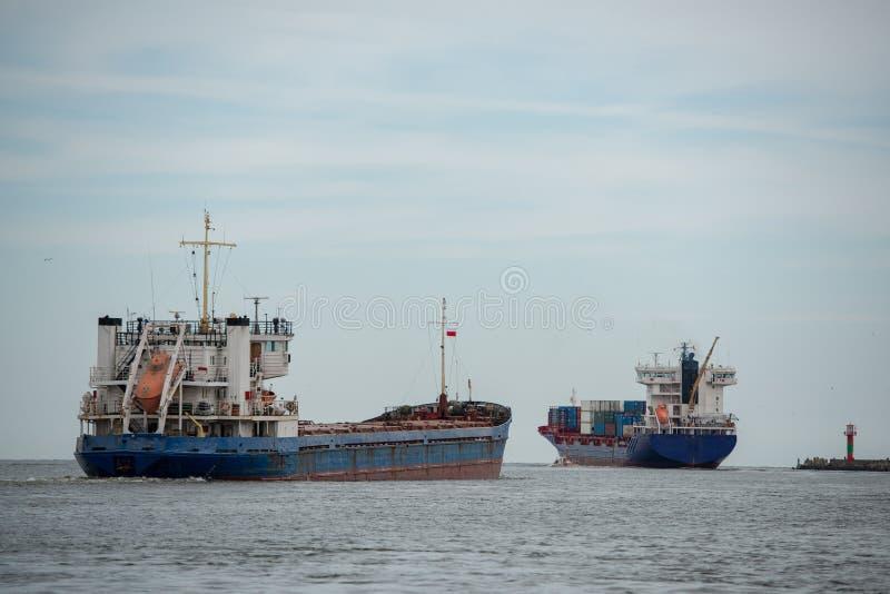 Los buques de transporte parten del puerto al mar Báltico abierto fotos de archivo libres de regalías
