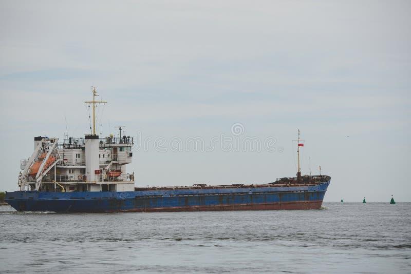 Los buques de transporte salen del puerto al mar Báltico abierto fotografía de archivo libre de regalías