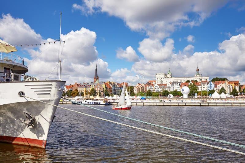 Los buques en el río Óder durante el final de las naves altas compiten con 2017 fotos de archivo