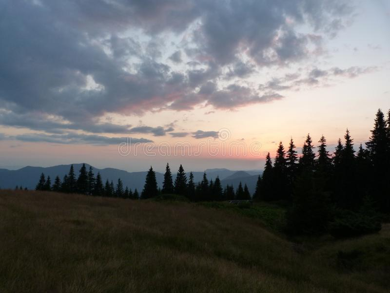 Los Cárpatos ucranianos Canto Marmaros de la montaña cerca de la ciudad de Rahiv ucrania imagen de archivo