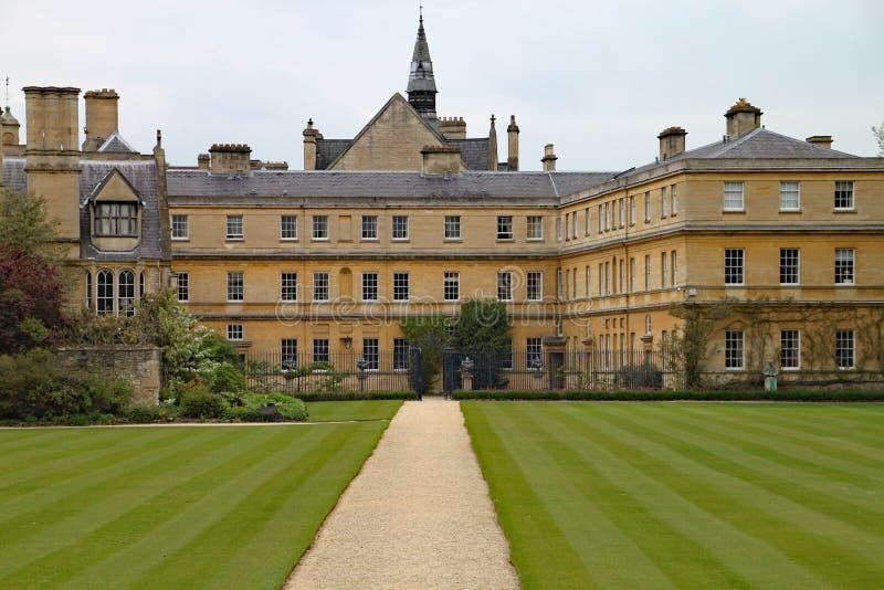 Los céspedes manicured pozo en el Trinity College en Oxford imagen de archivo