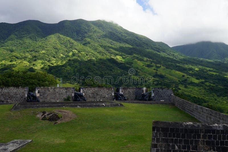 Los cañones múltiples señalaron alrededor de fortaleza de la colina del azufre, del santo San Cristobal y de Nevis foto de archivo libre de regalías