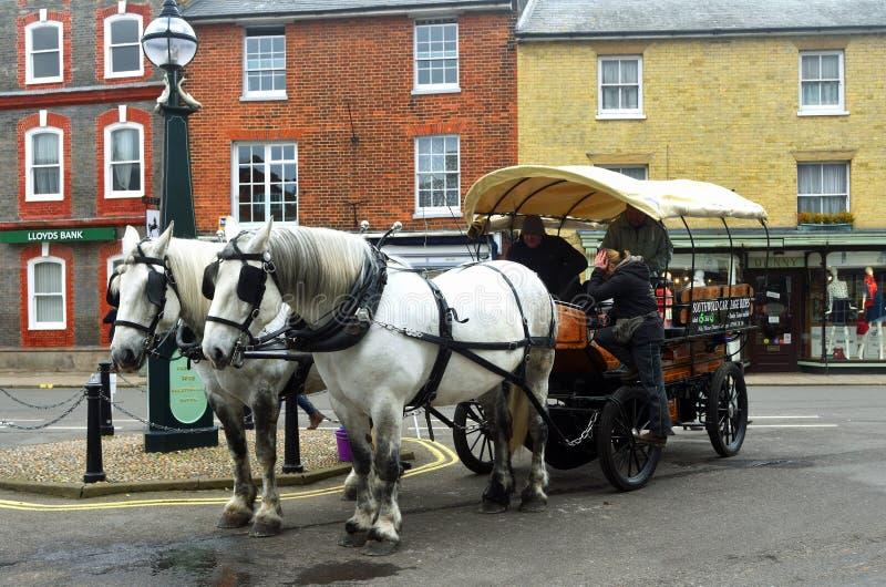 Los caballos de condado y el carro de la cervecería parquearon en plaza del mercado foto de archivo