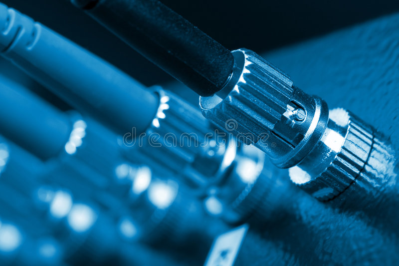 Los cables ópticos de la fibra conectaron con un interruptor imagen de archivo