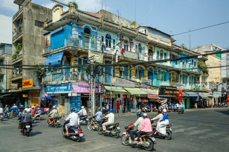Los cables de transmisión de arriba plantean una amenaza para los residentes de Saigon imágenes de archivo libres de regalías