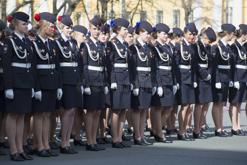Los cadetes de la academia del ministerio de asuntos internos en las filas antes del ensayo de Victory Day desfilan en San Pedro imagenes de archivo