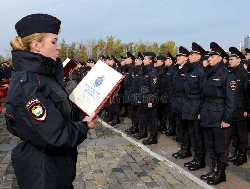 Los cadetes de la universidad de la ley de Moscú del ministerio de asuntos internos de Rusia toman el juramento imagen de archivo
