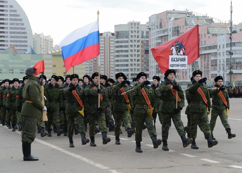 Los cadetes del cuerpo cosaco del cadete de Moscú se están preparando para el desfile el 7 de noviembre en Plaza Roja imagen de archivo