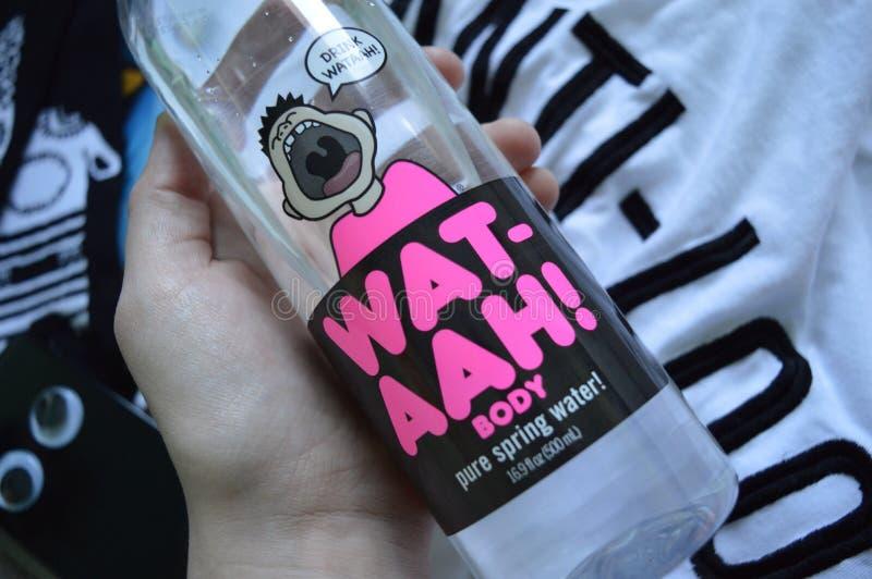 Los calcetines frescos de la camiseta de la anti-mirada de la botella de WAT-AAH refrescan phonecase imagen de archivo