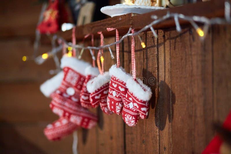 Los calcetines y el invierno de la Navidad hicieron punto las manoplas Con motivos del copo de nieve y del corazón foto de archivo