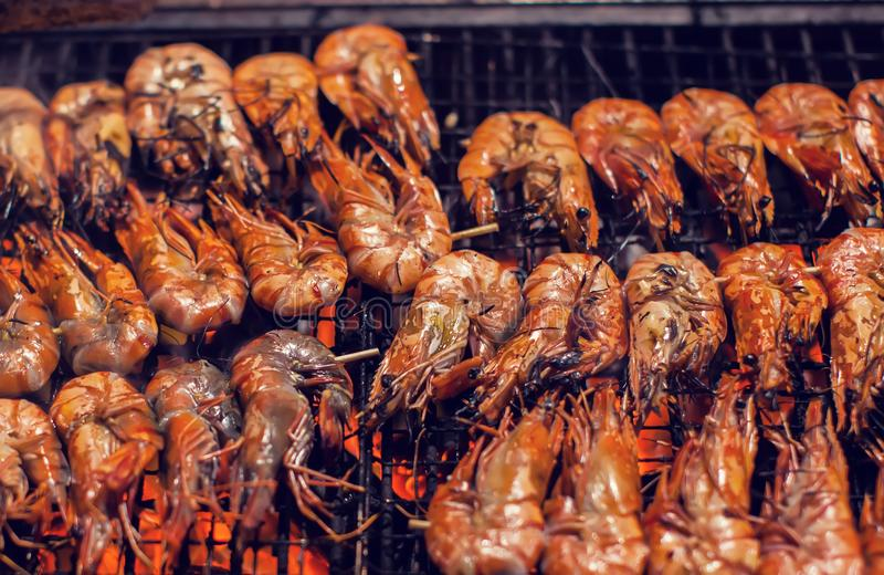 Los camarones asan a la parilla asado a la parrilla en el asador y el fuego imágenes de archivo libres de regalías