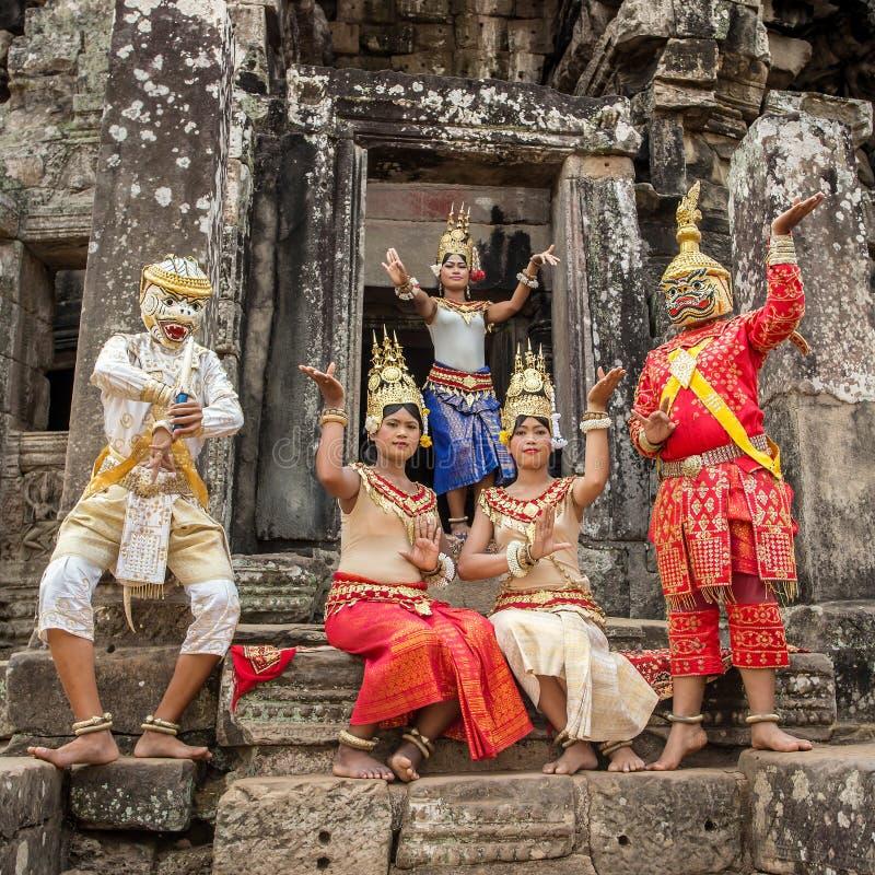Los camboyanos no identificados en vestido nacional presentan para los turistas en Angkor Wat fotos de archivo libres de regalías