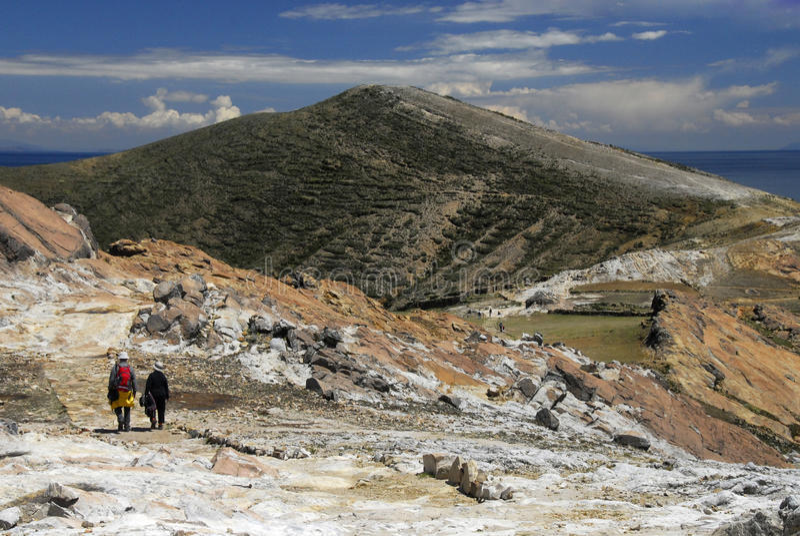 Los caminantes en inca se arrastran en Isla del Sol con Titicaca fotos de archivo libres de regalías