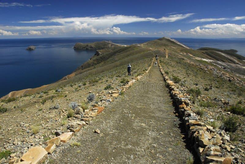 Los caminantes en inca se arrastran en Isla del Sol con Titicaca foto de archivo libre de regalías