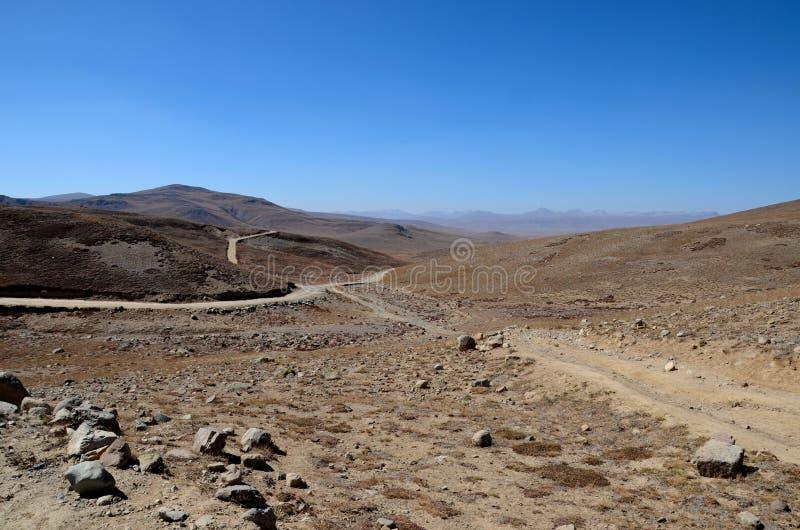 Los caminos bifurcan en los llanos secos y estériles Gilgit-Baltistan Paquistán de Deosai fotos de archivo libres de regalías
