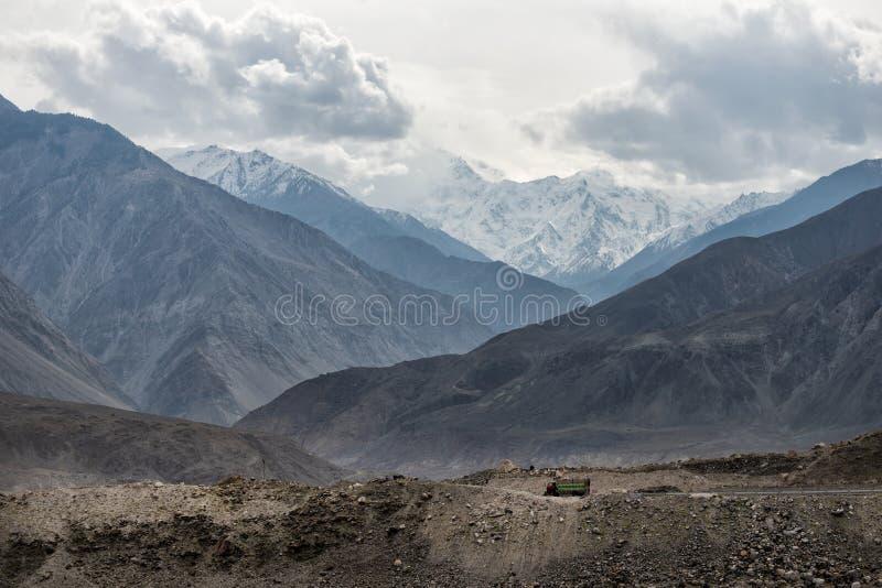 Los camiones del transporte conducen a través de las calles en las montañas imagen de archivo