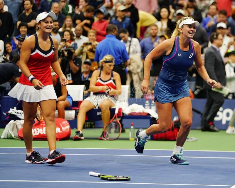 Los campeones 2018 de los dobles de las mujeres del US Open Ashleigh Barty de Australia y de los Cocos Vandeweghe de los E.E.U.U. fotos de archivo libres de regalías