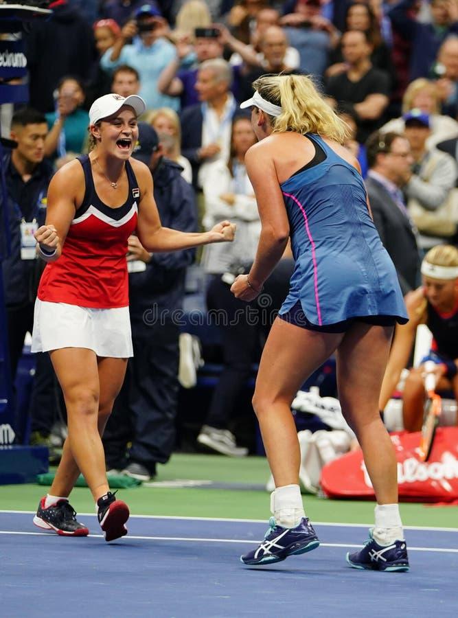 Los campeones 2018 de los dobles de las mujeres del US Open Ashleigh Barty de Australia y de los Cocos Vandeweghe de los E.E.U.U. foto de archivo