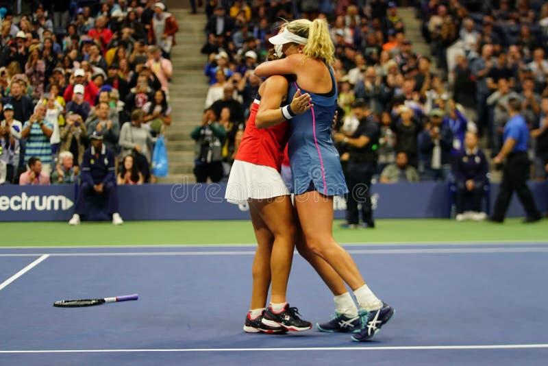 Los campeones 2018 de los dobles de las mujeres del US Open Ashleigh Barty de Australia y de los Cocos Vandeweghe de los E.E.U.U. fotografía de archivo
