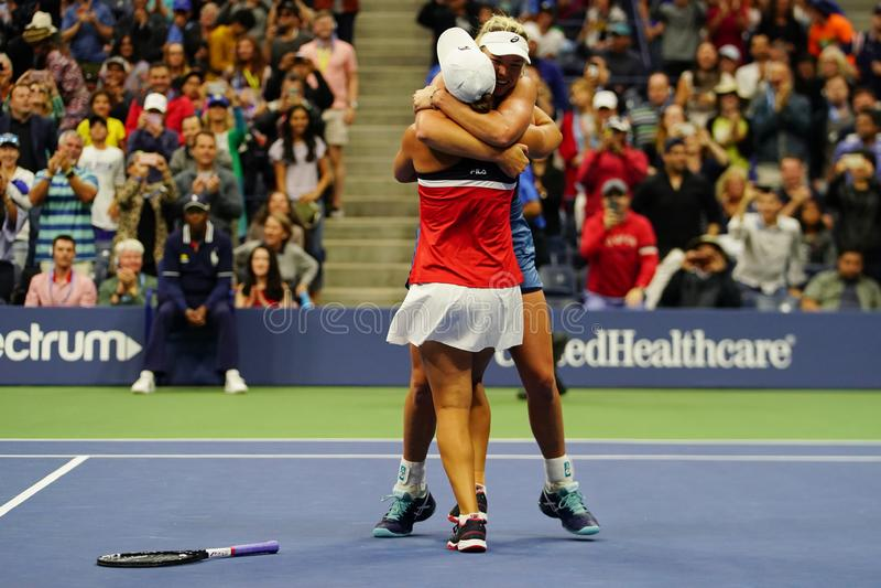 Los campeones 2018 de los dobles de las mujeres del US Open Ashleigh Barty de Australia y de los Cocos Vandeweghe de los E.E.U.U. fotos de archivo