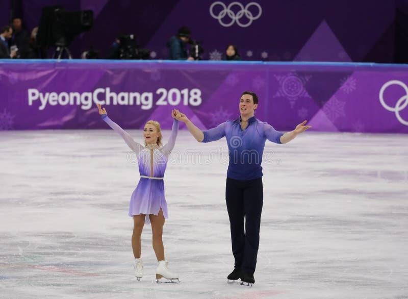 Los campeones olímpicos Aljona Savchenko y Bruno Massot de Alemania se realizan en los pares que patinan libremente patinando en  fotos de archivo