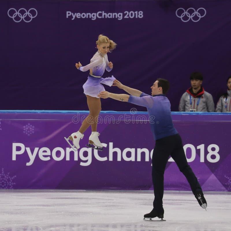 Los campeones olímpicos Aljona Savchenko y Bruno Massot de Alemania se realizan en los pares que patinan libremente patinando en  fotografía de archivo