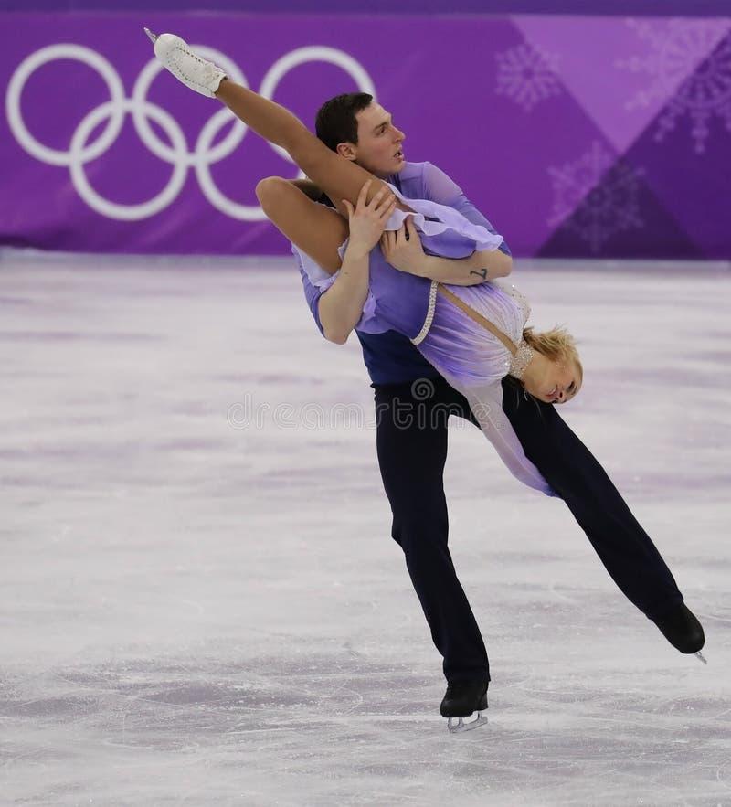 Los campeones olímpicos Aljona Savchenko y Bruno Massot de Alemania se realizan en los pares que patinan libremente patinando en  fotos de archivo libres de regalías