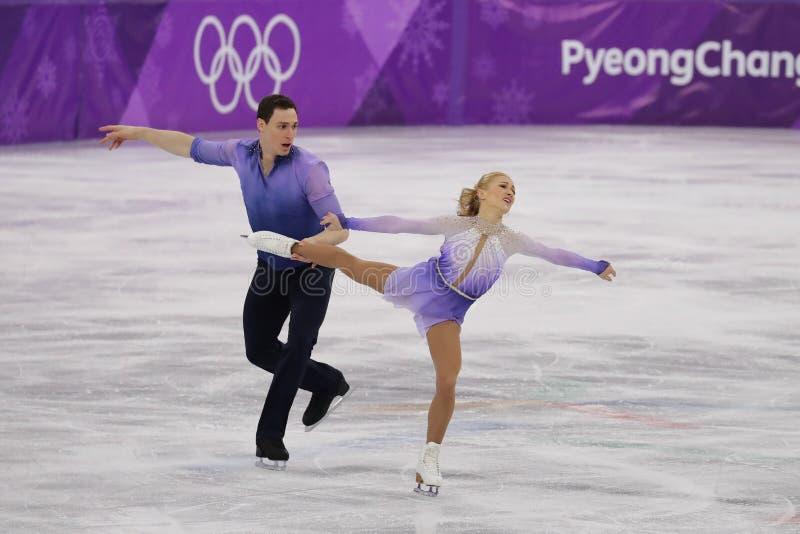 Los campeones olímpicos Aljona Savchenko y Bruno Massot de Alemania se realizan en los pares que patinan libremente patinando en  imagenes de archivo