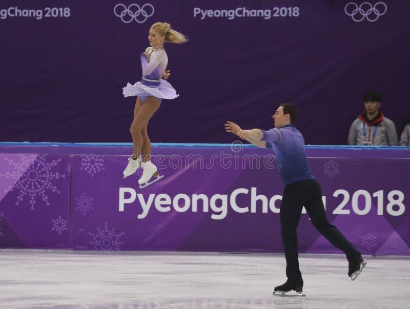 Los campeones olímpicos Aljona Savchenko y Bruno Massot de Alemania se realizan en los pares que patinan libremente patinando en  imagen de archivo